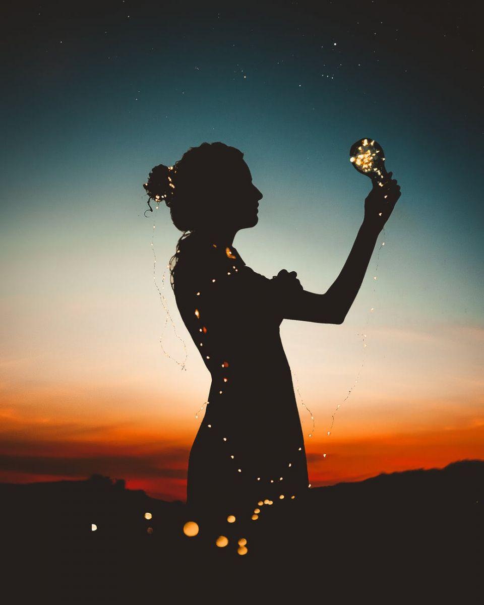 Devojka sija kao zvezde na nebu