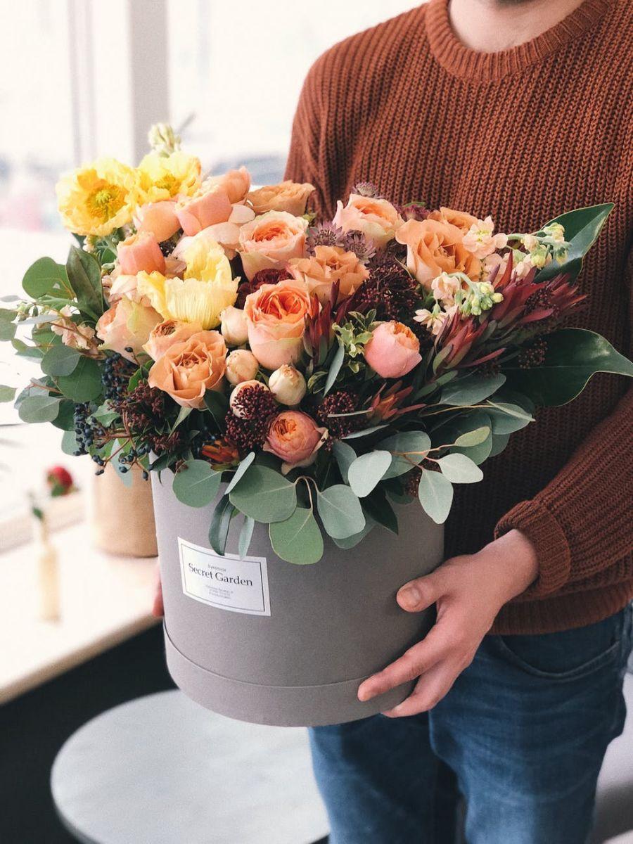 Dečko poklanja cveće devojci