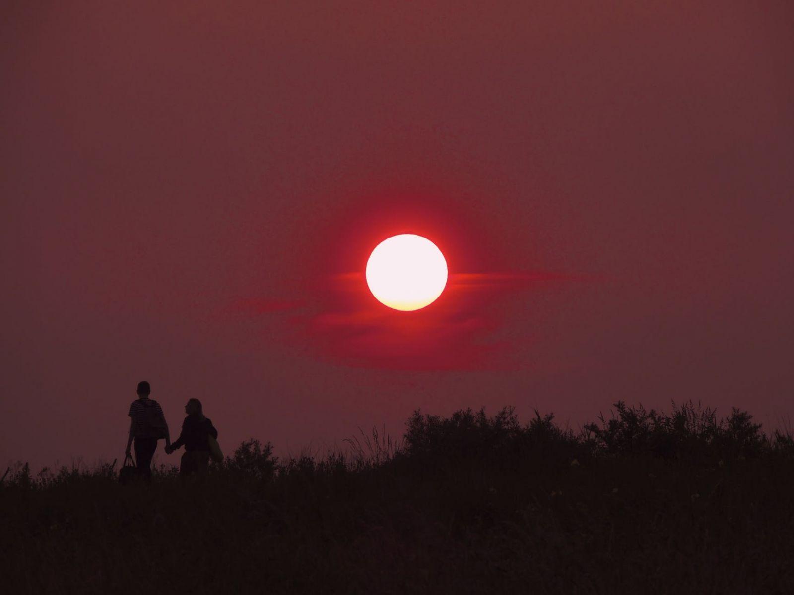 Zaljubljeni par seta za vreme zalaska sunca