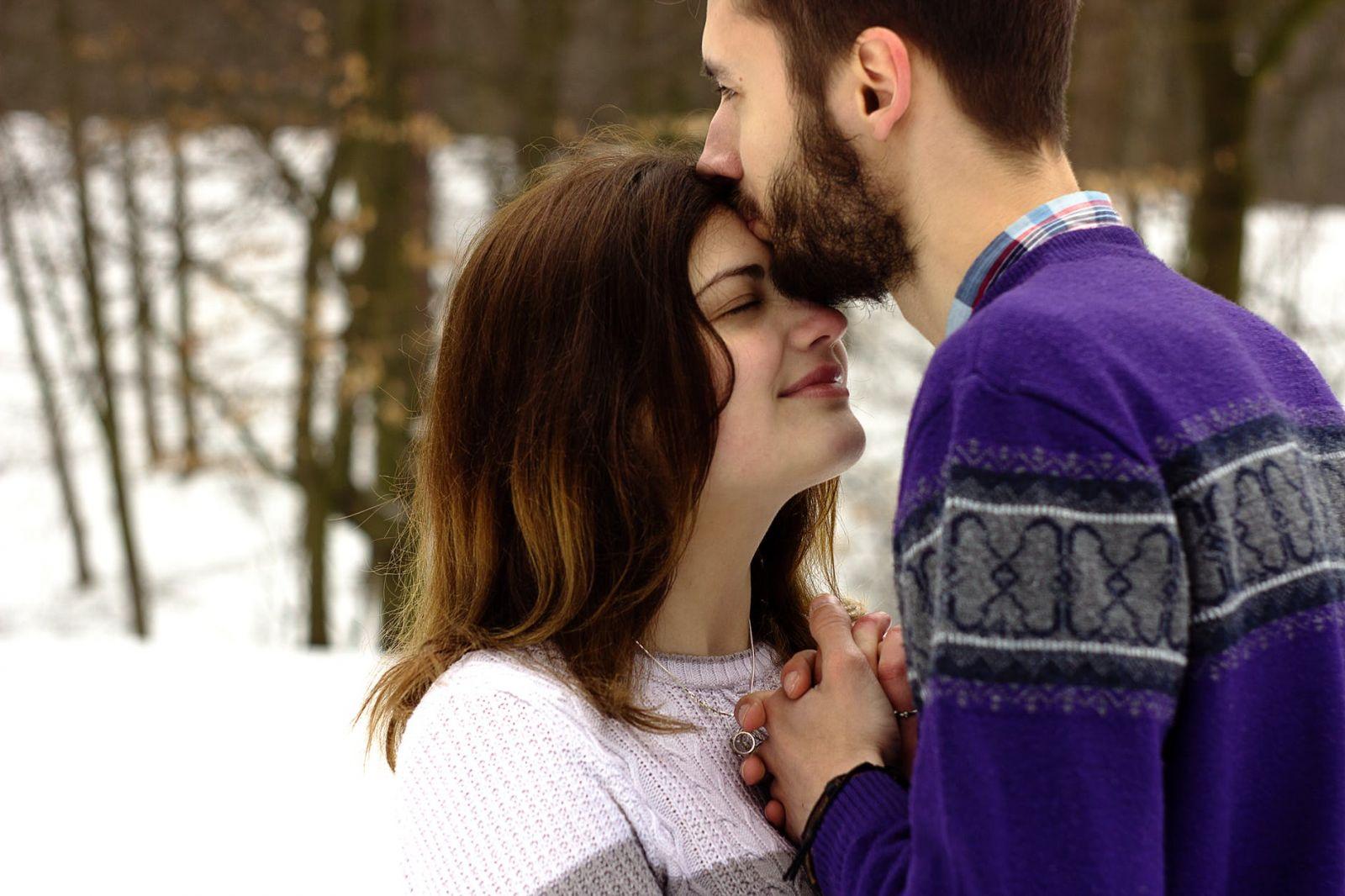 Zaljubljeni par uživa u ljubavi